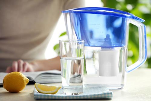 Filtračná kanvica na pitnú vodu v domácnosti
