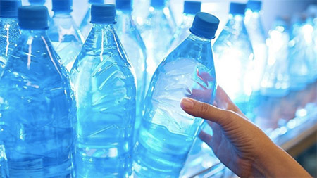 Mikroplasty v balených vodách
