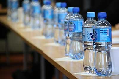 Pitná voda v plastových lahvích