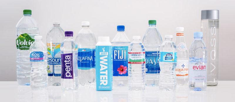 Voda balená v plastových fľašiach