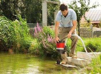 Drenážne ponorné čerpadlo na vodu AL-KO TWIN 11000 PREMIUM v záhrade